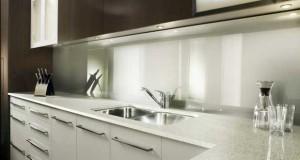 En verre, inox, carrelage ou peinture, la crédence de cuisine se choisit autant pour le côté déco qu'elle apporte à la cuisine que pour la protection des murs. Pour choisir la bonne crédence, tout ce qu'il faut savoir sur les matériaux