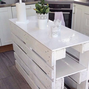 Voilà un petit îlot fait maison ultra déco et facile à réaliser en un rien de temps avec deux palettes bois et des plaques de médium pour une cuisine unique !