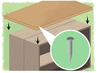 Pour fabriquer un îlot de cuisine original et fait-maison il vous suffit de fixer un plan de travail avec des clous sur un meuble ouvert, une idée déco facile à réaliser !