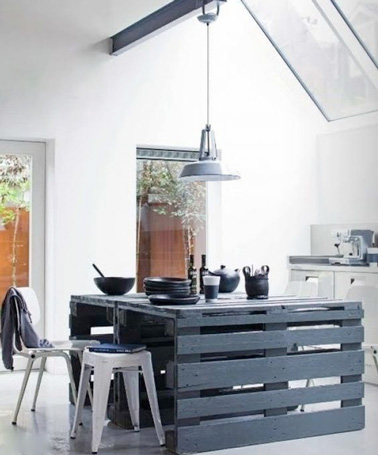 Avec trois palettes bois et un grand plan de travail en verre, réalisez facilement un îlot central spacieux et pratique dans une grande cuisine familiale.