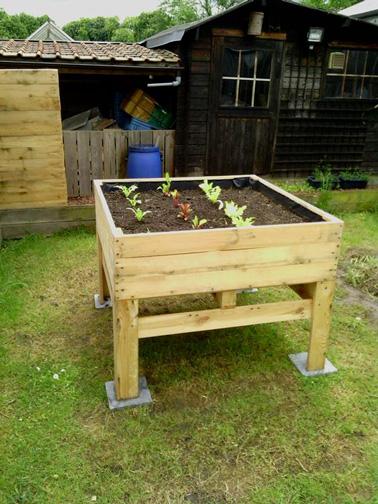 Avec des palettes, on peut faire un carré de jardin ultra original pour accueillir le potager ! Et quand il est surélevé, ça éloigne les petites bêtes. Pratique !
