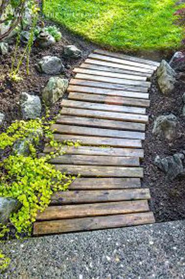 Pour faire une allée de jardin déco sans vous casser la tête, rien de mieux que de démonter une palette et d'utiliser les traverse ! Une bonne idée déco pour pas cher