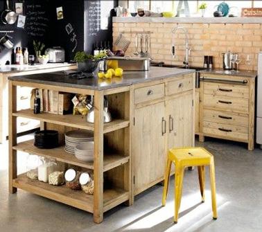 Assembler deux meubles et y fixer un plan de travail, en voilà une idée originale pour fabriquer un îlot de cuisine unique et qui ne manque pas de rangements