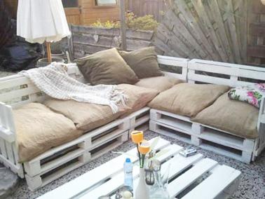 Pour faire un salon de jardin original pour pas cher, les palettes c'est la solution idéale ! Voici un salon de jardin en palette ultra déco et facile à faire pour l'extérieur