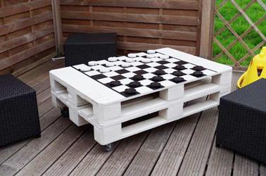 Faire une table basse en palettes bois, c'est très simple. Et quand elle est déco c'est mieux. Voilà une table basse pour un extérieur chaleureux qui invite à jouer !