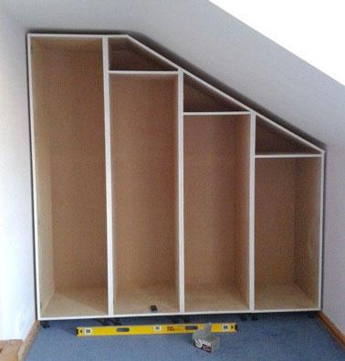 Pour monter les étagères d'un dressing sous pente fait maison, utiliser soit des planches coupées sur mesure ou acheter des blocs d'étagères à la bonne hauteur.