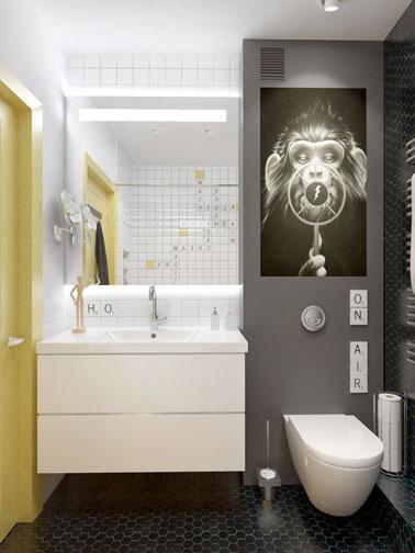 Des meubles surélevés pour gagner de la place dans cette petite salle de bain qui mise sur une déco ludique et originale avec des touches de gris et de jaune !
