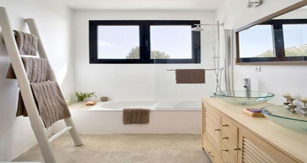 Faites le plein d'astuces déco et de conseils afin d'aménager une petite salle de bain fonctionnelle et pratique qui ne manque pas de style et de charme !