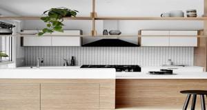 En papier-peint, en carrelage ou adhésif, découvrez des idées originales pour vous inspirer afin d'installer une crédence stylée qui dynamisera votre déco cuisine !