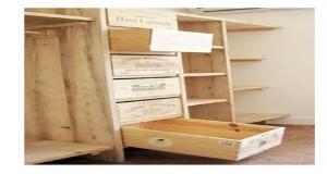 Pour résoudre vos problèmes de rangement des vêtements voici une astuce par chère pour fabriquer un dressing sur mesure avec des caisses en bois.