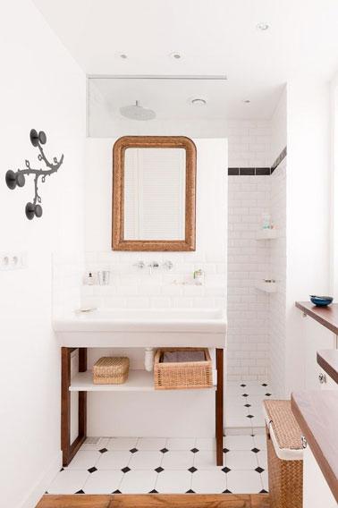 Voilà une petite salle de bain qui sait tirer profit de sa petite superficie tout en restant ultra déco ! Du carrelage métro et un aménagement bien pensé c'est top !