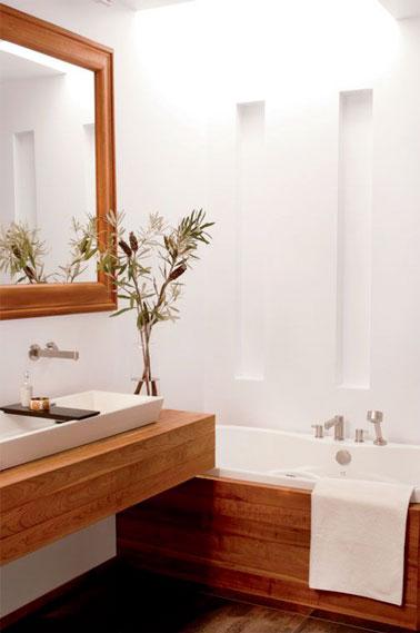 Zen attitude dans cette jolie salle de bain qui mêle le blanc et le bois dans la déco ! Parquet et petite baignoire pour un style épuré et une pièce agréable
