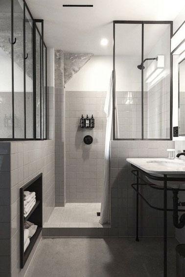 La verrière intérieure donne du style à la déco de cette salle de bain aménagée avec une niche de rangement et une douche italienne pour une optimisation totale de l'espace