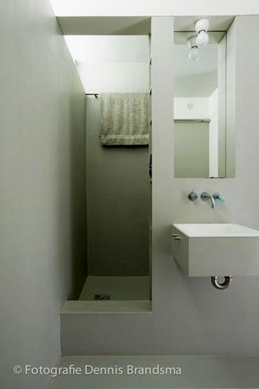 Aménagement au top dans cette petite salle de bain verte et grise qui ne manque pas d'allure ! Un espace optimisé pour un espace agréable et tendance