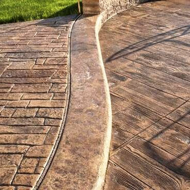 Finition authentique et ultra élégante, cette allée de jardin est sublimée grâce à du béton imprimé à motif en pavés pour un effet vieilli et charmant !