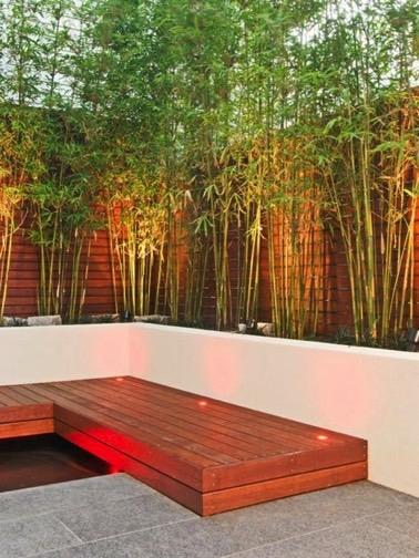 En plus de la cloture en bois, les bambous participent à la déco et protègent le jardin des regards du voisinage afin d'obtenir un espace extérieur agréable