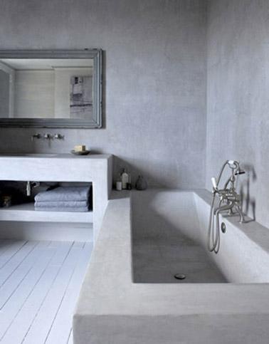 Total look béton ciré sur la baignoire et les murs de cette salle de bain chic pour une déco originale de la pièce. Une ambiance détente et spa assurée !