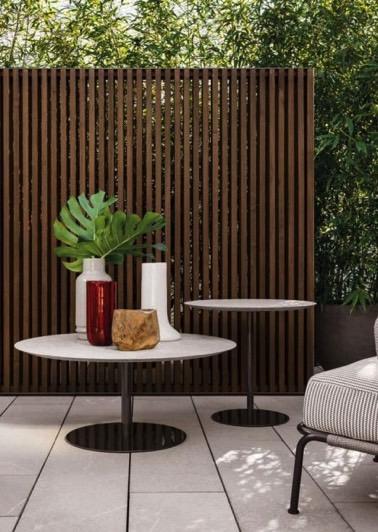 Sur la terrasse du jardin, le brise vue en bois combiné à la verdure devient un allié de taille indispensable afin d'aménager un petit cocon extérieur