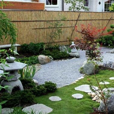 Dépaysement dans le jardin grâce à une déco zen ! Un espace protégé des regards extérieurs grâces à des canisses qui trouvent complètement leur place