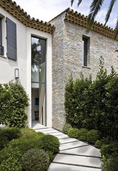 Les pas japonais et la verdure en hauteur créent un chemin accueillant menant à la porte d'entrée de la maison pour une déco extérieure pleine de charme !