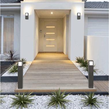 Graviers, allée en bois et plantes vertes, voilà une entrée hyper naturelle devant la porte de la maison qui permettra d'accueillir vos invités chaleureusement !