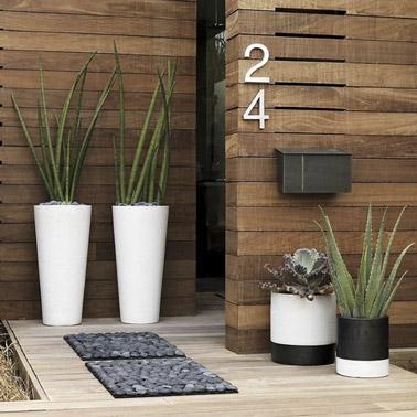 On combine bois, petit tapis à motif galets et cactus pour la déco devant la porte d'entrée ! Une ambiance ultra zen qui ne manquera pas de mettre vos invités à l'aise