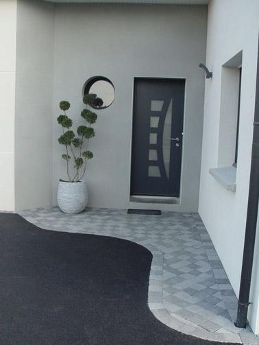Le gris met en valeur l'entrée de la maison ! Béton et damier s'allient joliment pour une déco qui rappelle la couleur de la porte et voilà une entrée chaleureuse
