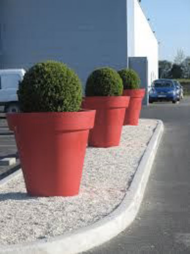 Ici, pour habiller joliment l'allée menant à la maison, on a décidé d'installer de grands pots colorés mettant en avant des plantes, top comme idée déco non ?