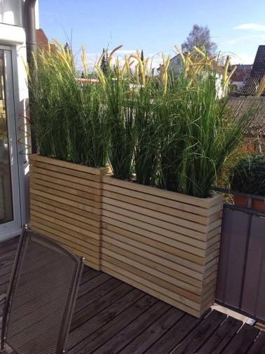 Installer des jardinières hautes à l'extérieur, voilà une idée aussi pratique que déco afin d'embellir le balcon tout en se protégeant des regards indiscrets !