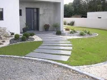 Des pas japonais ont été placés devant la maison de manière à créer un chemin déco menant à la porte d'entrée ! Une ambiance naturelle complétée par la pelouse