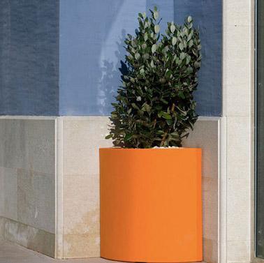 Rien de plus original qu'un pot spécialement conçu pour se coincer dans un angle ! Prenant peu de place, ce pot coloré saura habiller avec brio votre extérieur !