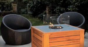 Pour des soirées ultra conviviales et chaleureuses à l'extérieur en été ou en hiver, voici une table basse design munie d'un foyer central qui vous réchauffera
