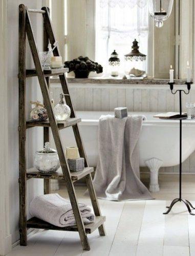 Meuble étagère escabeau dans la salle de bain