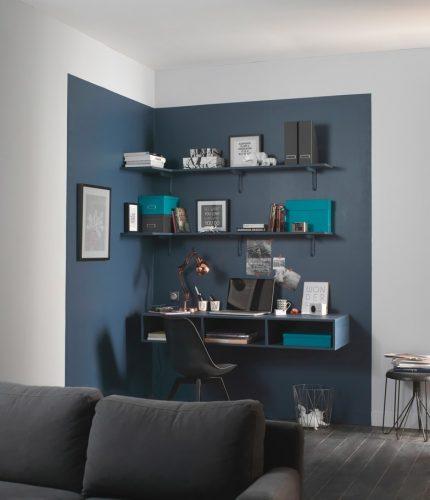 Oficina con pans de parede de carbón parcialmente coloreada